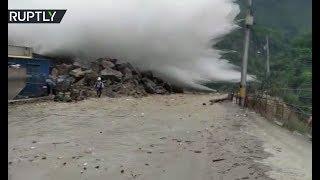Река взбунтовалась: в Колумбии прорыв тоннеля местной ГЭС заставил людей покинуть дома