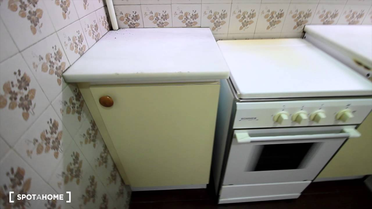 Large room with standalone wardrobe in shared apartment, Eixample