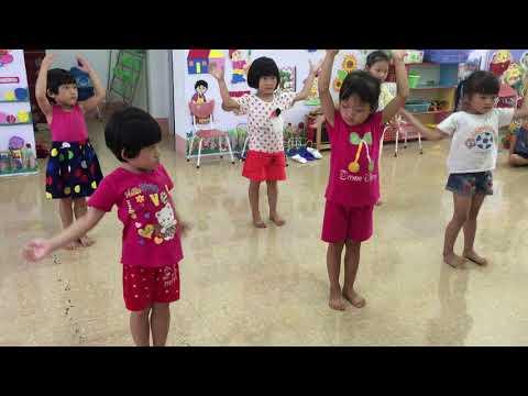 bé tập múa ngày khai giảng