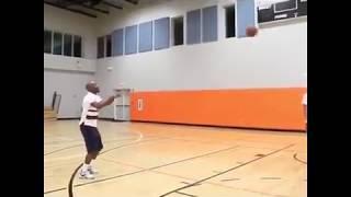 Флойд Мейвезер показывает хорошие броски в баскетболе