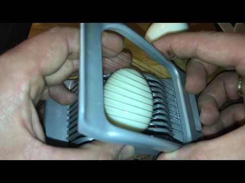 Gekochte Eier mit Eierschneider schneiden Eierharfe benutzen Anleitung