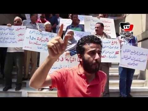 أطباء يشاركون بوقفة احتجاجية أمام النقابة للمطالبة بتطبيق الكادر