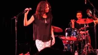 """Minnie Driver Covers """"Close to Me"""" by The Cure at The Coach House"""