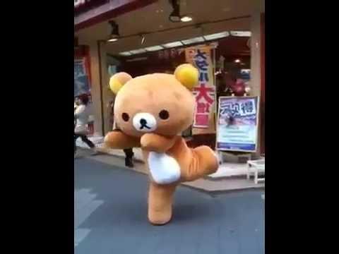 Chàng nhân viên mặc đồ gấu Rilakkuma nhảy cực yêu.