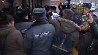 Բախում քաղաքապետարանի դիմաց՝ ակտիվիստների և ոստիկանների միջև