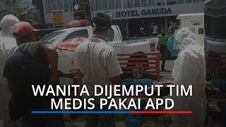 Terbaring Lemas di Pasar Raya Padang, Seorang Wanita Dijemput Tim Medis Pakai APD Lengkap