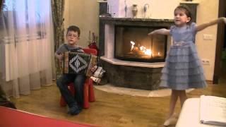 мальчик играет на гармошке (цыганочку)