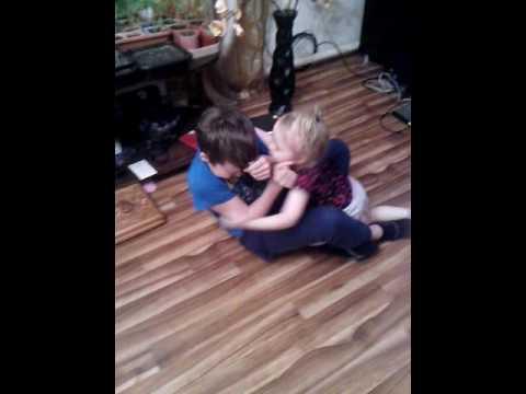 Маленькая девочка целует мальчика