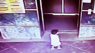 Смотреть онлайн Женщина пнула ребенку, чтобы его не зажало лифтом