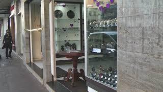 No início da tarde desta quarta-feira, bandidos armados invadiram uma relojoaria no Centro da cidade e levam joias e dinheiro.