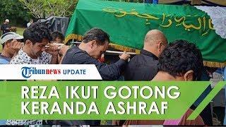 Reza Rahardian Ikut Gotong Keranda Jenazah Ashraf Sinclair di Sandiego Hills