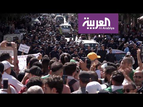 العرب اليوم - شاهد: الأمن الجزائري يستخدم العنف لتفريق مسيرة للطلاب