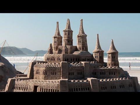 Castelo de areia vira atrativo turístico em praia de Cabo Frio