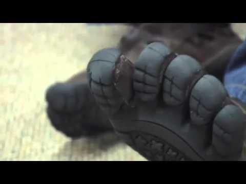 Die Bearbeitung der Handschuhe bei gribke der Nägel