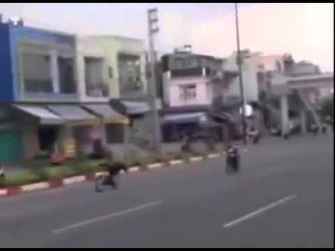Nàng tiên cá đua xe giữa đường phố Sài Gòn