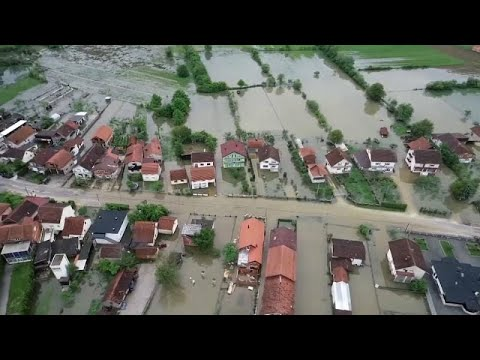 العرب اليوم - شاهد: منازل وقرى البوسنة تغرق في مياه الفيضانات