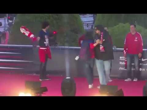 El baile del Mono Burgos en Neptuno a lo Mick Jagger que causa sensación