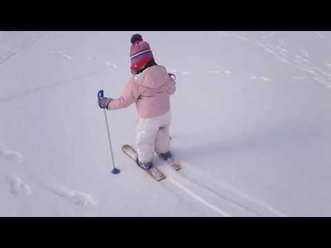 Emmina a Lavarone con gli sci per bimbi impara a sciare