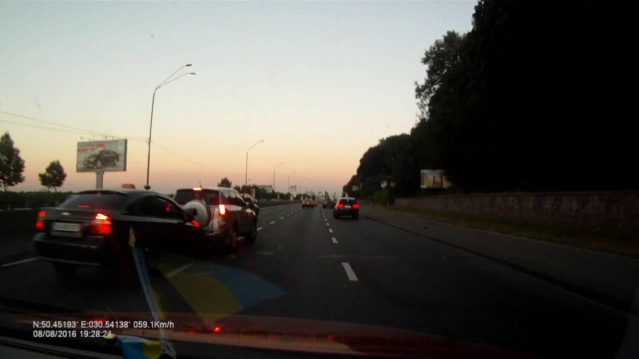 ДТП на Набережном шоссе в Киеве из-за несоблюдения дистанции