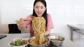 安徽特色干扣面,7元一钢盆,有菜有蛋能吃撑!大姐一锅煮100碗