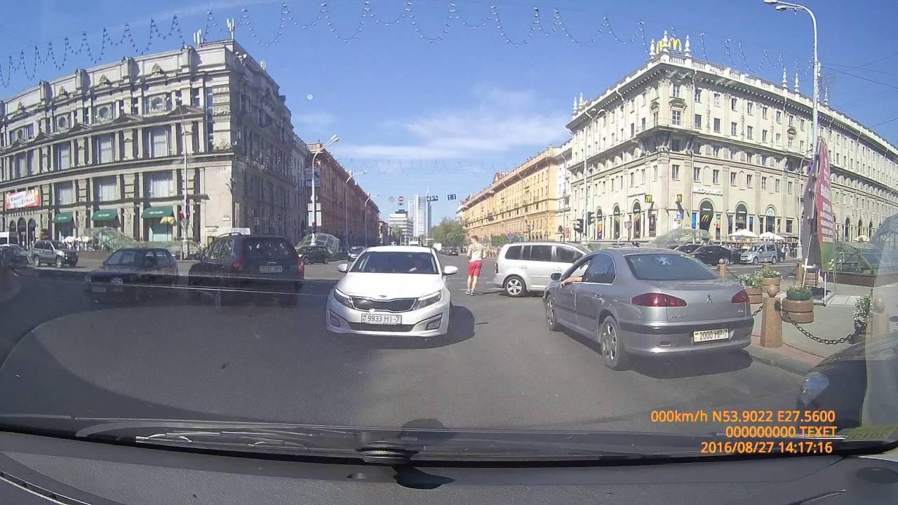 Столкновение на красный свет около метро Купаловская в Минске