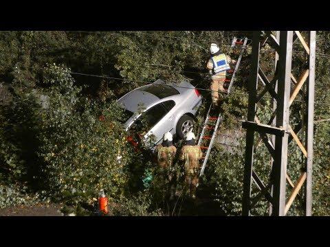 Auto rast Bahndamm hinab