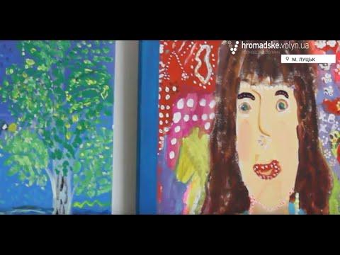 Дівчина з особливими потребами малює світ - YouTube