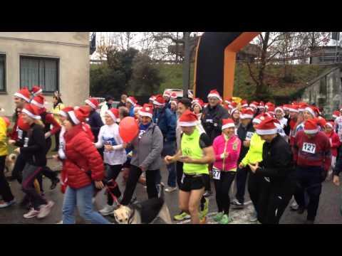 La corsa dei 600 Babbi Natale a Buguggiate