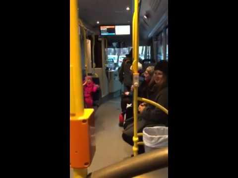 Den vesle jenta skaper allsang på bussen