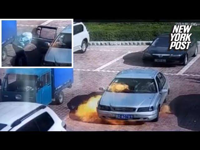 اشتعال النيران بسيارة لحظة تشغيلها وأحد الركاب يحاول إطفائها بالنفخ عليها !