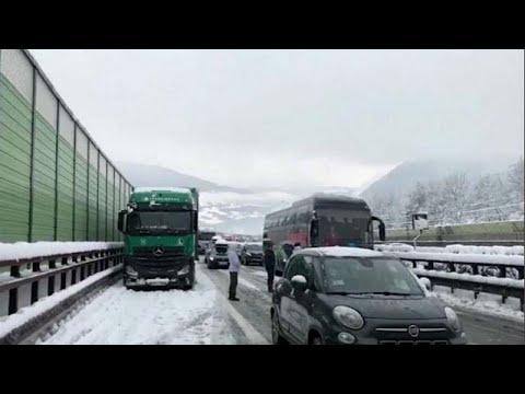 Снегопад в Италии - машины застряли в пробке в 16 километров