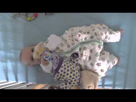 Frieda in Ihrem Schlafsack mit Füßen