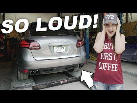 Der Aufwand des Gases auf dem Auto und des Benzins für