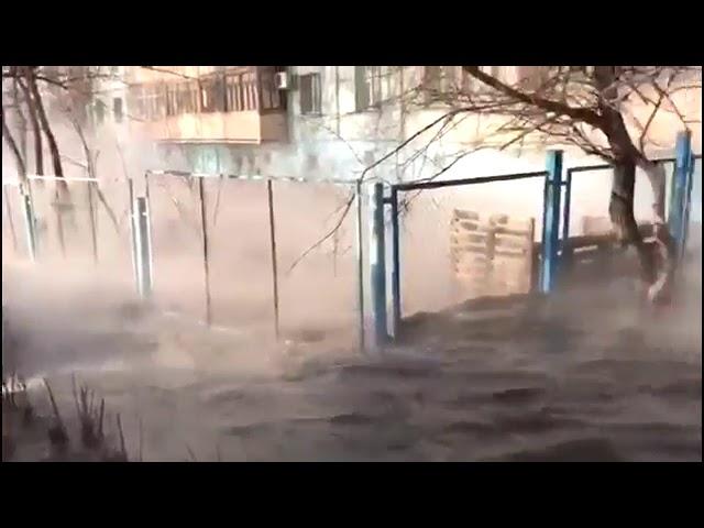 Авария на канализационном коллекторе в Хабаровске превратила несколько улиц в